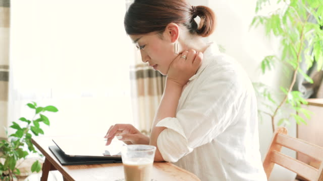デジタル タブレットを使用して 30 代の女性 - 30代点の映像素材/bロール