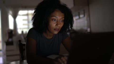 stockvideo's en b-roll-footage met medio volwassen vrouwen die thuis werken - study