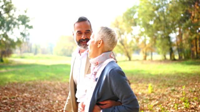 vídeos de stock e filmes b-roll de mid aged couple in a park 4k - sérvia