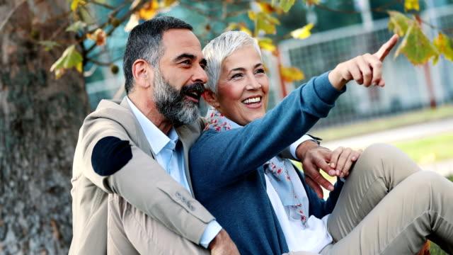 Mitten av äldre par i en park