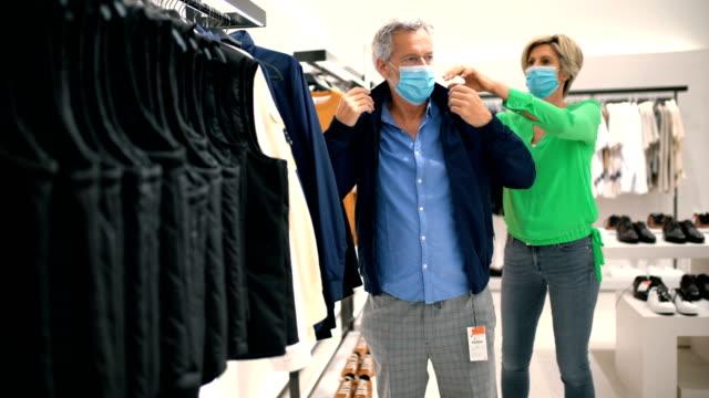 mittelalt paar in einem einkaufszentrum während coronavirus. - ehemann stock-videos und b-roll-filmmaterial