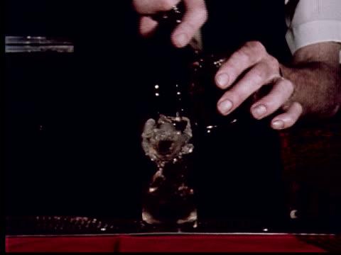 vídeos y material grabado en eventos de stock de cu, mid section of bartender making mixed drink on counter, west covina, california, usa - cóctel bebida alcohólica