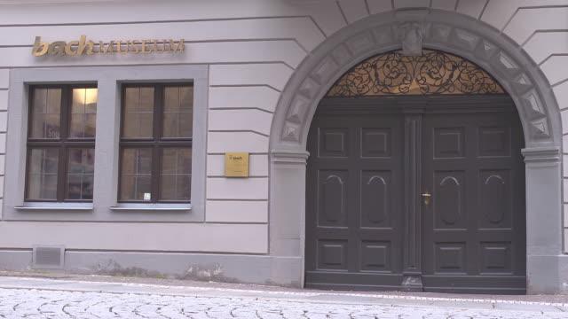 mid shot entrance bach museum in leipzig - johann sebastian bach stock-videos und b-roll-filmmaterial