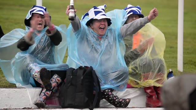 mid shot fans cheer at the cowal highland gathering people attend the cowal highland gathering on august 30 2013 in dunoon scotland first held in... - highland games stock videos & royalty-free footage