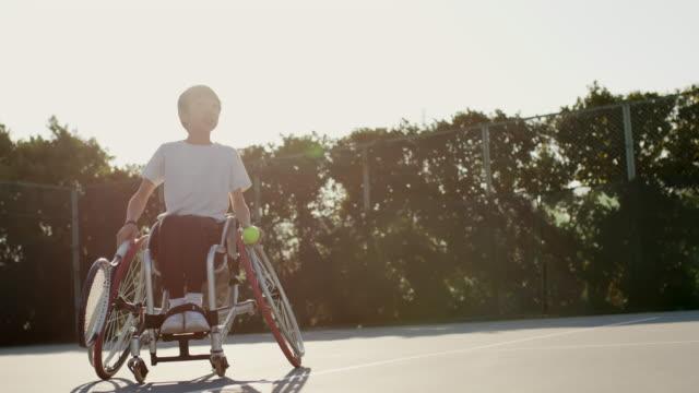 10代のアダプティブテニスプレーヤーのslo moミッドショット - テニス点の映像素材/bロール