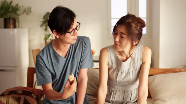 家で夕食を食べる若いカップルのミッドショット - 2人点の映像素材/bロール
