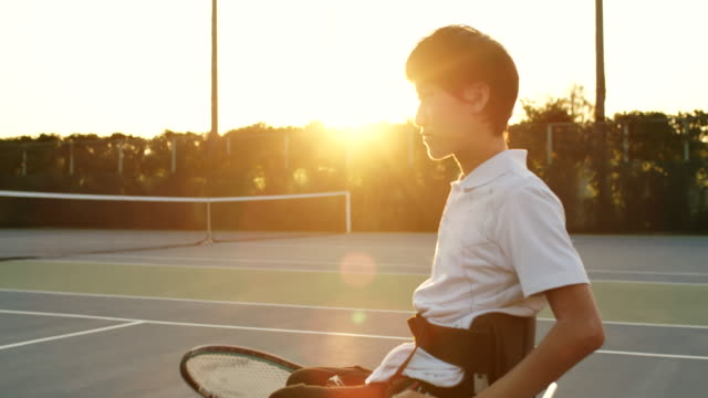 アダプティブテニスプレーヤーのslo moミッドショット - テニス点の映像素材/bロール