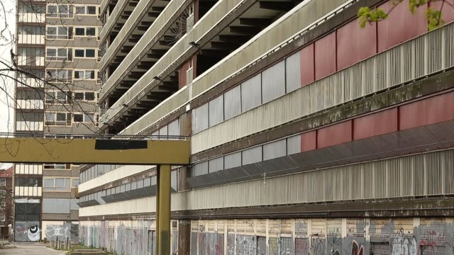 vídeos de stock e filmes b-roll de mid shot of derelict heygate housing estate flats lie empty on the derelict heygate estate on april 24 2013 in london england mid shot of derelict... - terreno