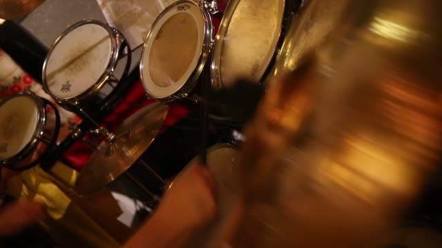 vídeos y material grabado en eventos de stock de mid shot of drummers hands and drum set. mid shot of drummers hands and drum set. on april 05, 2013 in cortina d'ampezzo, italy - vacaciones en la nieve