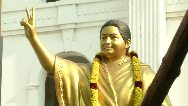 vidéos et rushes de mid shot of jayalalithaa's statue with garland outside of aiadmk office on the chief minister candidate announcement for 2021 elections. - composition florale