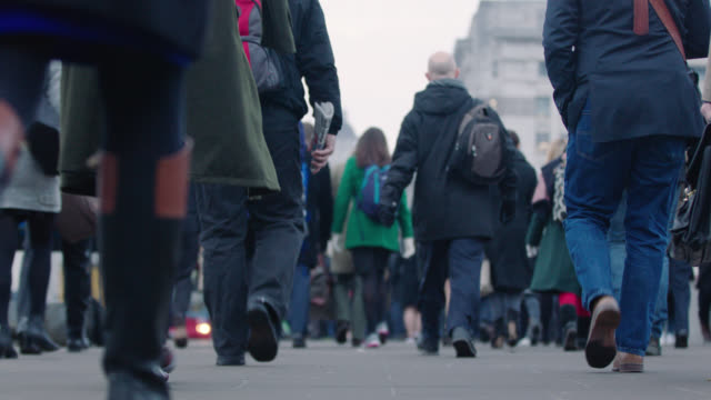 mid shot of london commuters - ora di punta video stock e b–roll