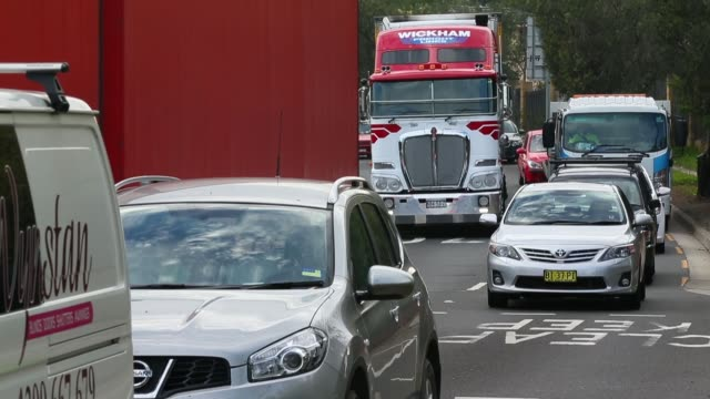 vídeos de stock e filmes b-roll de mid shot of moving cars. commuters drive during peak hour along pennant hills road in sydney north on pennant hills road. infrastructure to get boost... - road junction