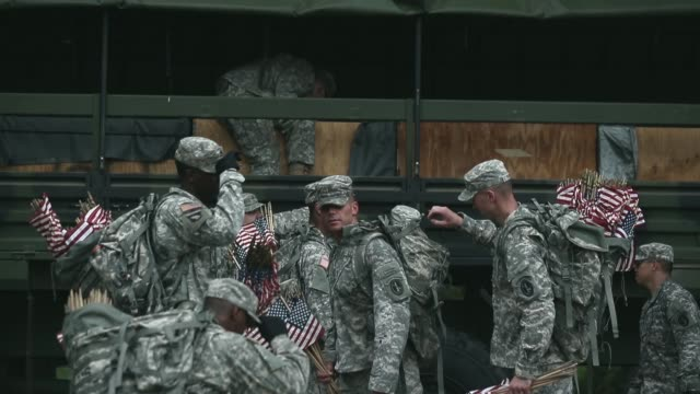 vidéos et rushes de mid shot of soldiers packing flags in their backpacks. members of the 3rd u.s. infantry regiment, the old guard, participate in a flags-in ceremony... - infanterie