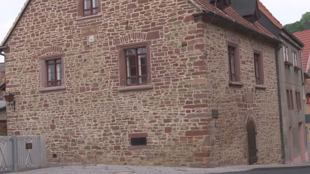"""mid shot of the so called """"lutherhaus"""" / luther house - 宗教的指導者 マルティン・ルター点の映像素材/bロール"""