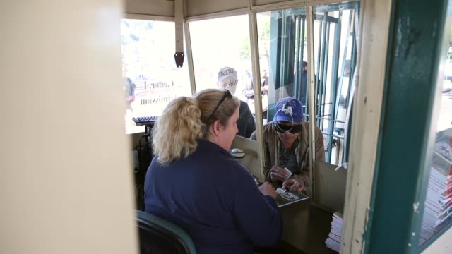 mid shot people are buying tickets for the final racing day at betfair hollywood park the historic betfair hollywood park racetrack is shutting its... - schlußtag stock-videos und b-roll-filmmaterial