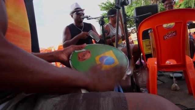 mid shot, people gather on the beach on january 12, 2014 in salvador, brazil. - ゴールを狙う点の映像素材/bロール