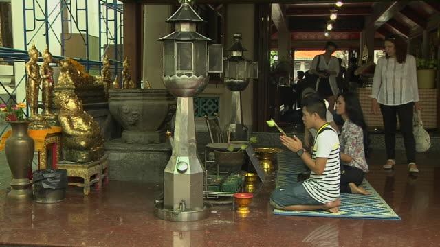 vídeos y material grabado en eventos de stock de mid shot people in grand palace bangkok thailand - alfombra de oración