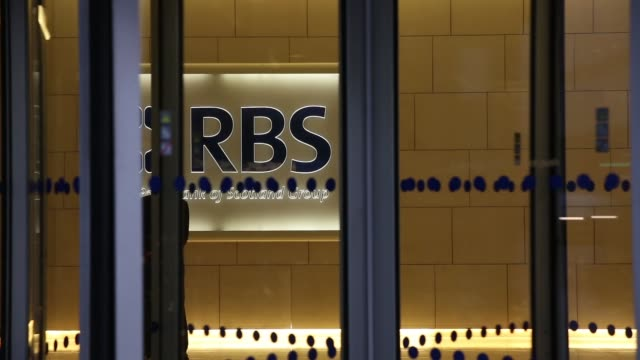 mid shot rbs headquarters lobby in bishopsgate view from street in london on november 25th 2013 - ロイヤル・バンク・オブ・スコットランド点の映像素材/bロール