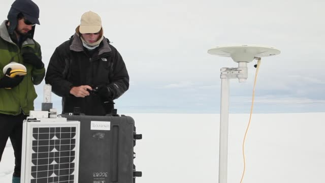 vidéos et rushes de mid shot sarah das from the woods hole oceanographic institution and scientist ian joughin of the university of washington and their team work on... - université de washington