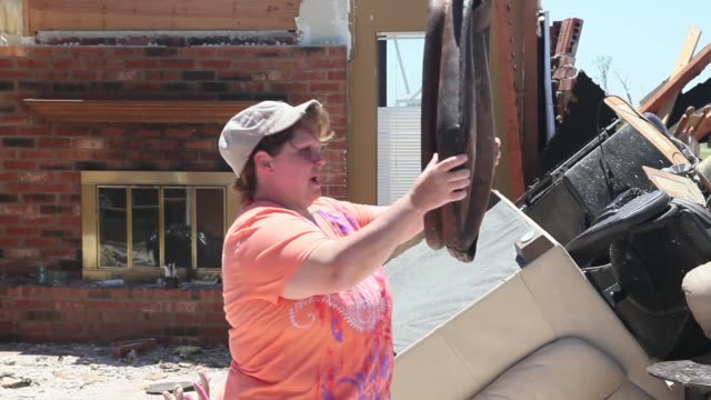vídeos de stock e filmes b-roll de mid shot tammy wade talks about the tornado that destroyed her home on june 2 2013 in el reno oklahoma the tornado ripped through the area friday... - reconstruir