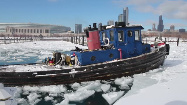 mid shot the tugboat commissioner breaks up ice in burnham harbor near soldier field on january 21 2014 in chicago illinois a weather system moved... - コミッショナー点の映像素材/bロール