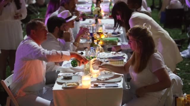 vídeos y material grabado en eventos de stock de mid shot thousands of people all dressed in white set up picnic tables for the diner en blanc event on september 18 2013 in new york city some 4000... - silla plegable
