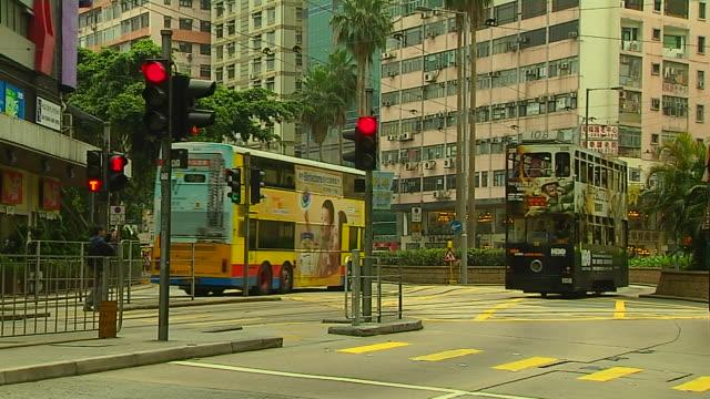 vidéos et rushes de mid shot tram passing hong kong kwangtung china - ligne de tramway