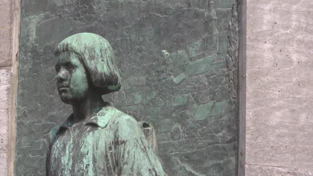 mid shot young martin luther at lutherbrunnen / luther fountaine - 宗教的指導者 マルティン・ルター点の映像素材/bロール