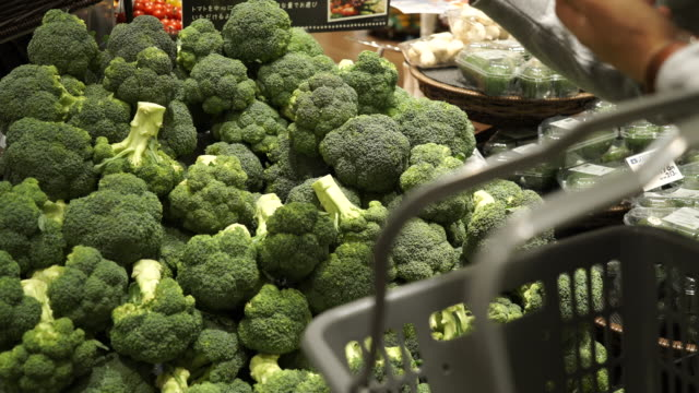 Halverwege volwassene man winkelen verse groente