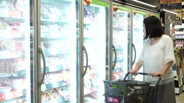 買い物カゴでショッピング中の大人女性 - スーパーマーケット点の映像素材/bロール