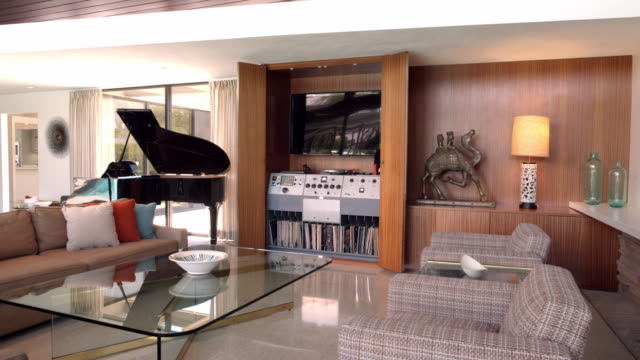 ds mid-century modern living room featuring original 1947 audio system installed by frank sinatra - hausdekor stock-videos und b-roll-filmmaterial