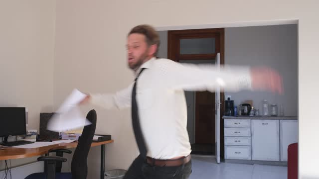 vídeos de stock e filmes b-roll de middle adult man with papers trips and falls in the office - descuidado