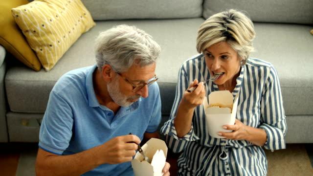 vidéos et rushes de couples d'âge moyen ayant le déjeuner à la maison pendant la quarantaine - activités de week end