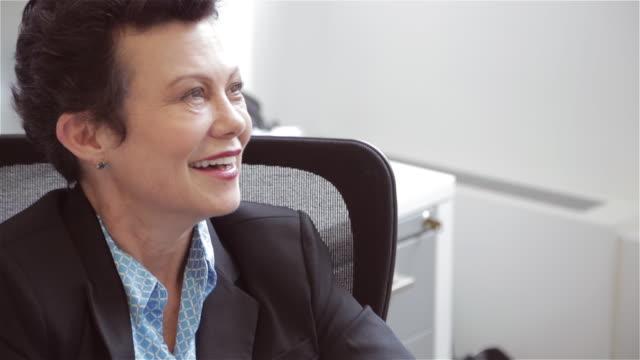 vídeos de stock, filmes e b-roll de middle aged female executive listens to colleagues' story - só mulheres maduras