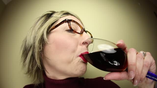 frau mittleren alters betrunken auf wein - uncool stock-videos und b-roll-filmmaterial