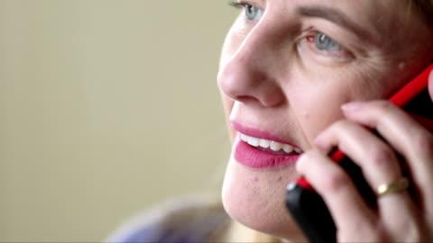 mellersta åldern kvinna prata smarta telefon - 45 49 år bildbanksvideor och videomaterial från bakom kulisserna