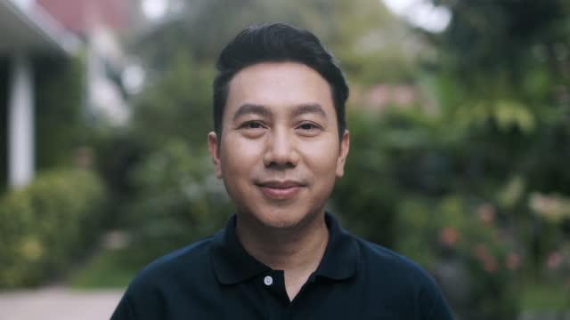 vídeos de stock e filmes b-roll de middle class adult portrait. asian. handheld orbit. - one mature man only