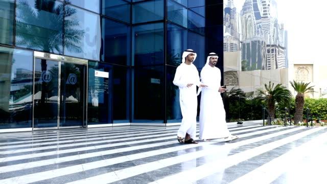中東のビジネス人々が通り slowmotion - シャイフ点の映像素材/bロール