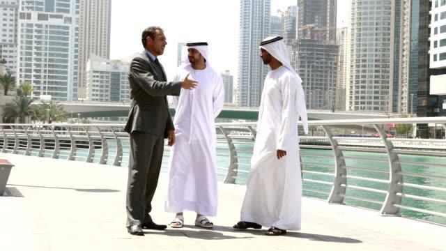 stockvideo's en b-roll-footage met midden-oosten zakenlieden voldoen aan westerse mens - stock video - qatar