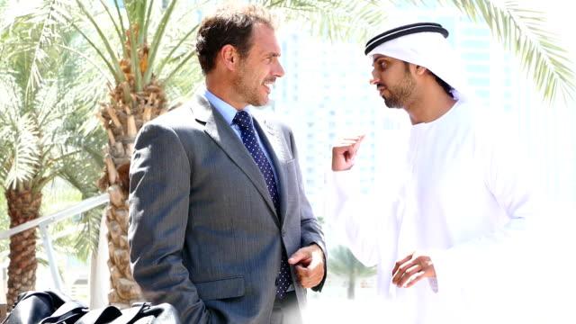 中東男性ビジネスマンのミーティングオオバ - istockalypse点の映像素材/bロール