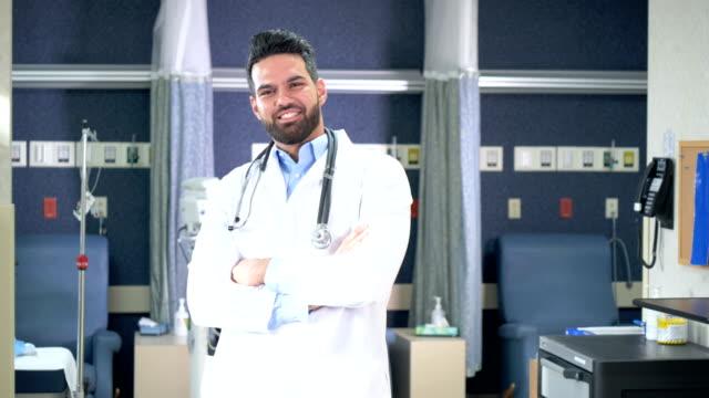 vídeos de stock e filmes b-roll de middle eastern doctor in medical clinic - cavanhaque
