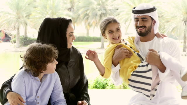 middle eastern familie in den park - vereinigte arabische emirate stock-videos und b-roll-filmmaterial
