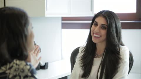 stockvideo's en b-roll-footage met middle eastern female executive interviews african american female - rubriekadvertentie