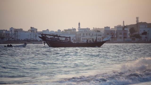 vídeos y material grabado en eventos de stock de barco de pesca del medio oriente en el puerto - omán