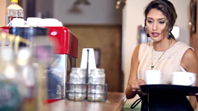 Orientalische Frau arbeitet im Coffee-shop
