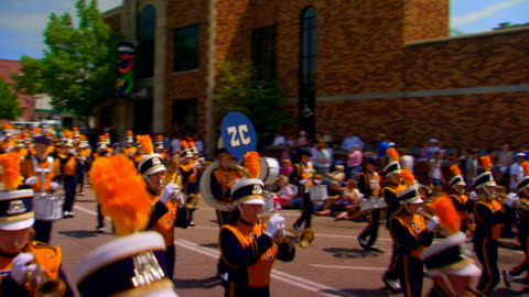 stockvideo's en b-roll-footage met middle school band marching in kinder parade - optocht