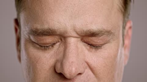vídeos y material grabado en eventos de stock de edad madura hombre caucásico de abrir sus ojos - ojos cerrados