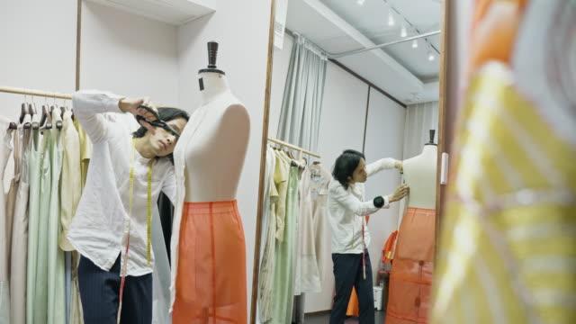 vídeos de stock e filmes b-roll de middle-aged chinese male qun gua designer cutting pattern - estilista de moda designer profissional