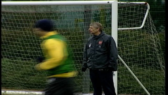 middlesbrough manager steve mcclaren confirmed as new england coach date london ext arsene wenger on training pitch - アーセン・ベンゲル点の映像素材/bロール