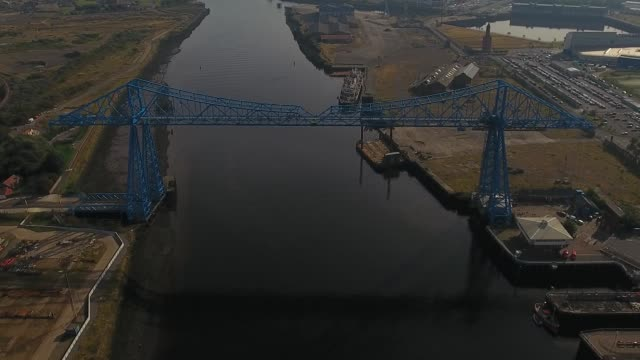 vídeos de stock, filmes e b-roll de middlesbrough transporter bridge aerial video - tees river